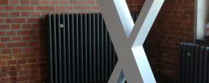 Freistehendes X aus Aluminium