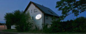 Hotel am Ring Leuchtkasten bei Nacht
