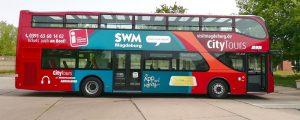 Seitenansicht des Doppeldeckerbus der Stadt Magdeburg mit neuer Teilfolierung
