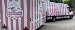 Mobiler Eiswagen mit Fahrzeug in rosa und weiß