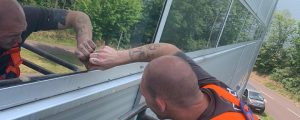Easymedia-Mitarbeiter Darius foliert gerade eine Scheibe von Salutas in Barleben