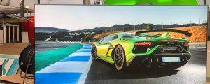 Grüner Lamborghini auf einer beleuchteten Spanntuchanlage