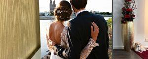 Hochzeitspaar blickt Richtung Magdeburger Dom - ein Bild auf einer Spanntuchanlage